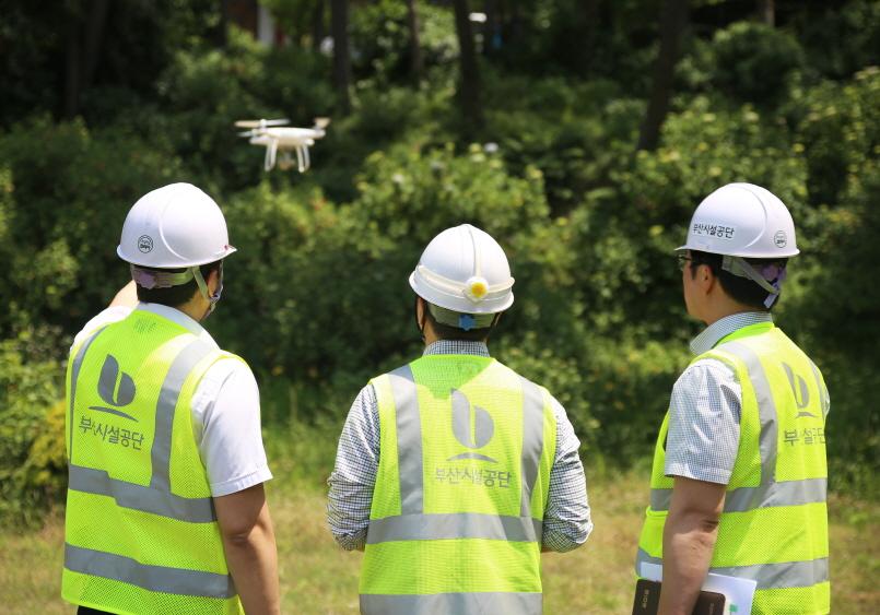 태종대유원지 태종사 주변 사면을 드론(drone)을 활용한 점검을 하는 모습1